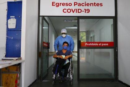 La probabilidad de que un paciente desarrolle síntomas persistentes es difícil de precisar y no estaría relacionado con que la persona haya presentado un cuadro grave de la enfermedad (REUTERS/Edgard Garrido)