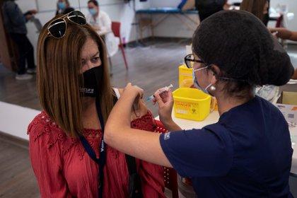 Una enfermera le administra una vacuna del laboratorio chino Sinovac a una persona en un centro de Salud, en Santiago (Chile). EFE/ Alberto Valdés/Archivo