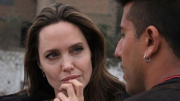 Jolie conversa con un refugiado venezolano en Lima (EFE)