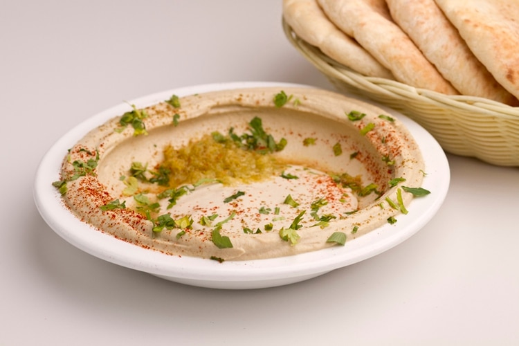 El hummus es una mezcla de garbanzos cocidos, con jugo de limón, tahini (pasta de semillas de sésamo) y aceite de oliva