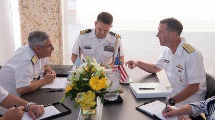 El almirante John Richardson brindó la teleconferencia desde Buenos Aires