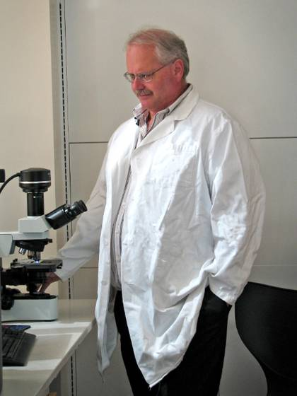 Ralph Baric, profesor de microbiología e inmunología, comprobó la eficacia del EIDD-2801 en ratones y en células pulmonares humanas. Estudia los coronavirus hace 35 años y también hizo los análisis del remdesivir. (Linda Kastleman/University of North Carolina Chapel Hill)