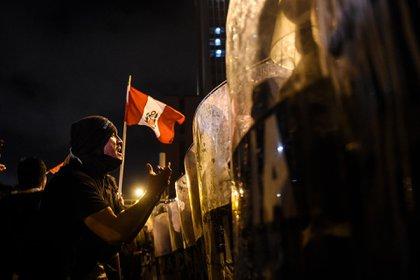 Una persona charla con los efectivos (AFP)