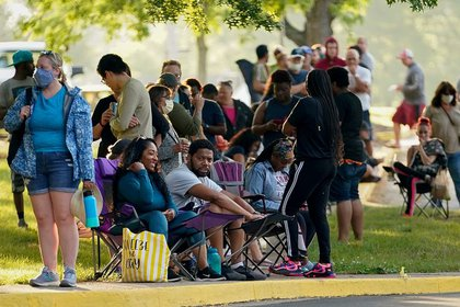 Decenas de personas esperan frente a una oficina de empleo dos horas antes de su apertura para solicitar ayuda con sus prestaciones de desempleo en Frankfort, estado de Kentucky, Estados Unidos, el 18 de junio de 2020 (REUTERS/Bryan Woolston)