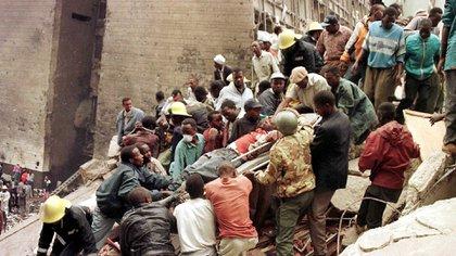 El atentando contra la embajada de EEUU y un banco en Nairobi, Kenya, el 7 de agosto de1998 (EFE/EPA/STR)