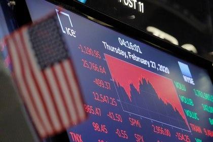 Pantallas de la Bolsa de Nueva York muestran las cotizaciones del jueves (REUTERS/Brendan McDermid)