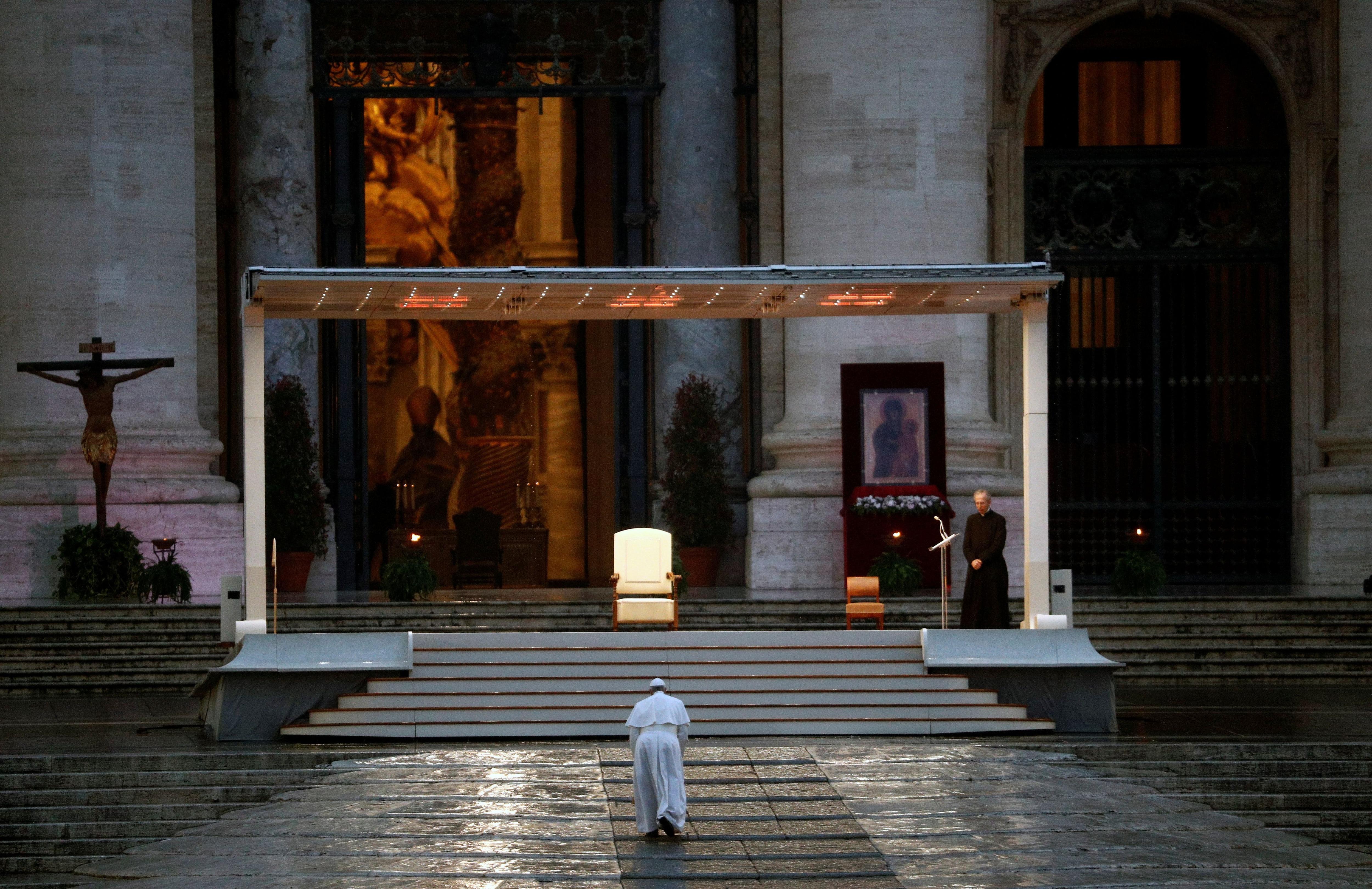 """El Papa Francisco llega a la Plaza de San Pedro para entregar una extraordinaria bendición """"Urbi et Orbi"""" (a la ciudad y al mundo), normalmente dada solo en Navidad y Pascua, como respuesta a la pandemia mundial de la enfermedad por coronavirus (COVID-19) , en el Vaticano, 27 de marzo de 2020. REUTERS / Guglielmo Mangiapane"""