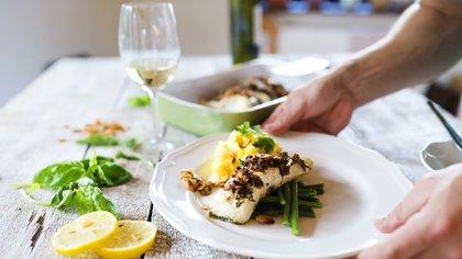 Colocar el pescado en dos bowls, dividiendo la porción por la mitad (Shutterstock)