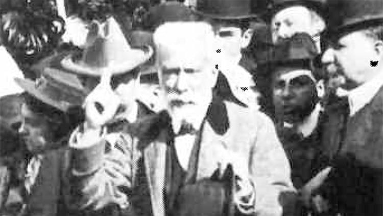 Ignacio Albarracín en la tribuna donde fue testigo de la primera Fiesta del Animal. Buenos Aires, 1908.