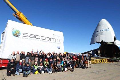 Las autoridades y el equipo del proyecto SAOCOM 1A durante la carga del satélite en el avión Antonov 4. Prensa CONAE.