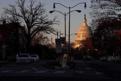 El amanecer ilumina la cúpula del Capitolio en Washington, EE. UU., 17 de noviembre de 2020. REUTERS / Jonathan Ernst