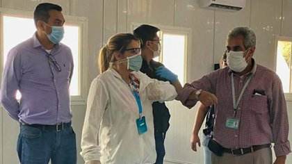 """La presidenta Añez se mostró con la tarjeta """"anti virus"""" en el cuello (@JeanineAnez)"""