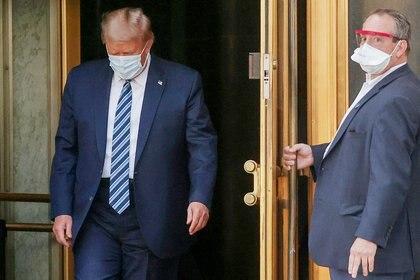Donald Trump saliendo del hospital Walter Reed National Military Medical Center. REUTERS/Jonathan Ernst