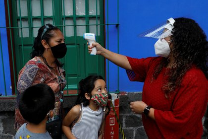 """un 40% de los encuestados dijo que """"algo se hizo mal"""", mientras que un 44% consideró que esta cifra era """"esperable en una pandemia como la actual"""".(Foto: Reuters/Carlos Jasso)"""