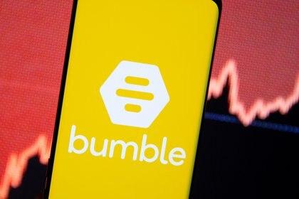 Logo de Bumble en un celular frente a una gráfica  11 de febrero de 2021 REUTERS/Dado Ruvic/Illustration REFILE - CORRECTING BRAND NAME