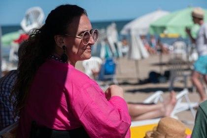 Michetti bajo la sombra de una carpa del balneario Hemingway, en Cariló