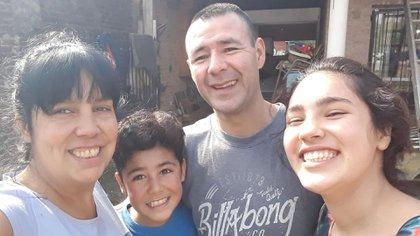 Fabián Santa Cruz, de 40 años, junto a su familia