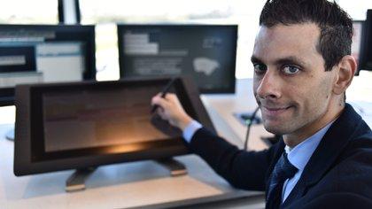 El controlador aéreo Andrés Biga en la nueva torre de control de Aeroparque. (Adrián Escandar)