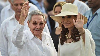La ex presidenta argentina junto al líder comunista Raúl Castro