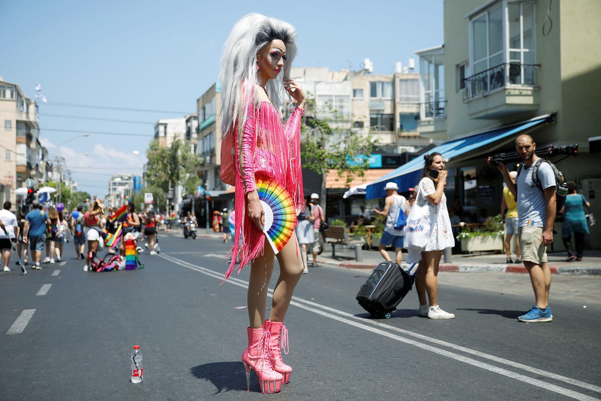 Una mujer disfrazada posa durante el desfile gay de Tel Aviv .