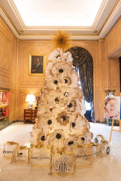 El diseñador Gerardo Acevedo eligió la flor blanca cómo símbolo de simpleza y pureza para la confección del árbol navideño del Hotel Alvear (Franco Fafasuli)