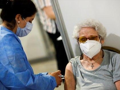 """""""Estos datos proporcionan evidencia adicional de que la vacuna protege contra los resultados graves del COVID-19, particularmente en las poblaciones de mayor edad que están en mayor riesgo"""" (Reuters)"""