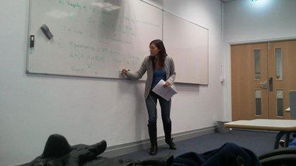 Martínez escribe en un pizarrón en el Departamento de Computación de la Universidad de Oxford, en Inglaterra; allí donde dictó clases durante un tiempo.