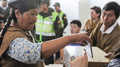 An Aymara woman casts her vote during presidential elections, in La Paz, Bolivia, on October 20, 2019.�� - Polls opened in Bolivia Sunday with Evo Morales vying for a controversial fourth term as the country's first indigenous president amid allegations of corruption and authoritarianism. (Photo by JORGE BERNAL / AFP)