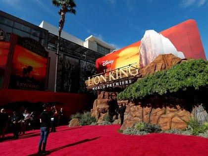 Una persona toma fotografías en el estreno mundial del Rey León, en Los Angeles, California. REUTERS/Mario Anzuoni/File Photo