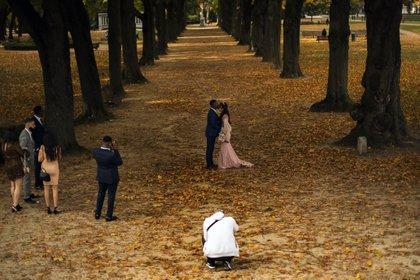 Una pareja recién casada posa para las fotos en el parque Cinquantenaire de Bruselas en octubre de 2020 (AP/Francisco Seco, archivo)
