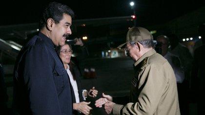 Nicolás Maduro junto a Raúl Castro en un viaje que el dictador venezolano realizó a La Habana. Cuba penetró todas las estructuras de poder real de Venezuela