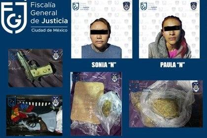 Sonia y Paula fueron detenidas en la alcaldía Tláhuac con dos armas de fuego así como dos paquete de marihuana Foto: (FGJCDMX)