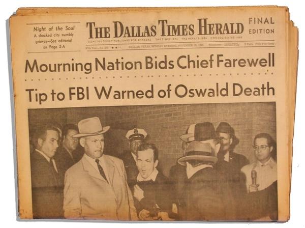 Lee Harvey Oswald, detenido por la policía de Dallas y bajo su cuidado, fue asesinado por Jack Ruby el 24 de noviembre de 1963.
