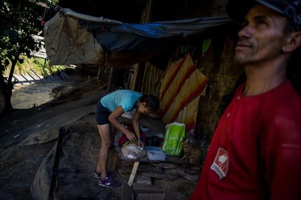Los pobres pasan varios días sin poder acceder al agua porque los militares controlan los pozos comunes (EFE)