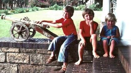 """Elon Musk junto a sus hermanos, Tosca y Kimbal en su casa en Sudáfrica (foto cortesía de Maye Musk publicada en el libro de Ashlee Vance, """"Elon Musk, el creador de Tesla, PayPal y SpaceX)"""