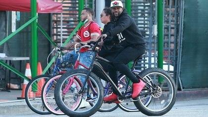 Floyd Mayweather salió a pasear con su bicicleta por Los Angeles pese a la cuarentena por el coronavirus en Estados Unidos (Grosby)