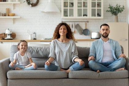 El temor y la ansiedad con respecto a una enfermedad pueden ser agobiantes y generar emociones fuertes tanto en adultos como en niños. Cómo mejorar la convivencia y aumentar la resiliencia familiar en tiempos de coronavirus (Shutterstock)
