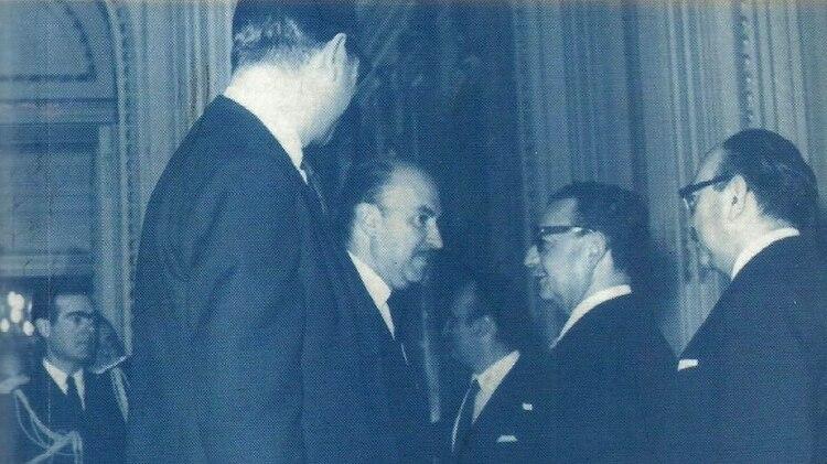 Chile, 4 de noviembre de 1970: Javier Teodoro Gallac, embajador argentino en ese país, saluda a Salvador Allende el día de su asunción presidencial