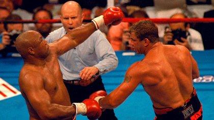 El triunfo contra Big George fue uno de sus momentos dorados en el boxeo (Foto: Reuters)