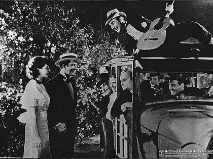 """Carlos Gardel con Blanca Vischer en la escena final de """"El tango en Broadway"""" (1934)."""