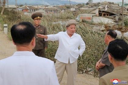 Kim Jong-un inspecciona una zona no especificada después de que Corea del Norte fuera afectada por el tifón Maysak en esta imagen publicada el 5 de septiembre de 2020 por la Agencia Central de Noticias de Corea del Norte (KCNA via REUTERS)