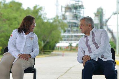 Rocío Nahle, secretaria de Energía, junto al presidente López Obrador: hasta ahora, los juzgados han paralizado gran parte de su política en el sector (Foto: Cortesía Presidencia)