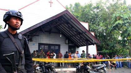 La policía custodiaba la iglesia tras el ataque (AFP)