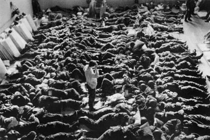 Tropas soviéticas descansando en un cuartel improvisado en Bakú, el 23 de enero de 1990 (AFP)