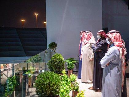El jefe de la oficina privada del príncipe saudita, Bader al Asaker, fue el encargado de difundir las imágenes oficiales en redes sociales