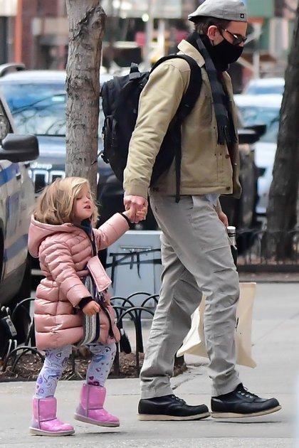 Bradley Cooper caminó con su hija por las calles de Nueva York. El actor y la pequeña Lea de Seine, de tres años -fruto de sus relación anterior con Irina Shayk- dieron un paseo. Además de tapabocas, el artista llevó puestos lentes de sol y gorra, buscando que no lo reconocieran