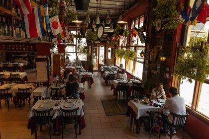 Adentro y afuera de Chiquilín, el histórico restaurante fundado en 1927. Si bien fue golpeado por la crisis, dicen que ahora comienza a levantar la situación, aunque también están trabajando al 30% de su capacidad. (Foto: Franco Fafasuli)