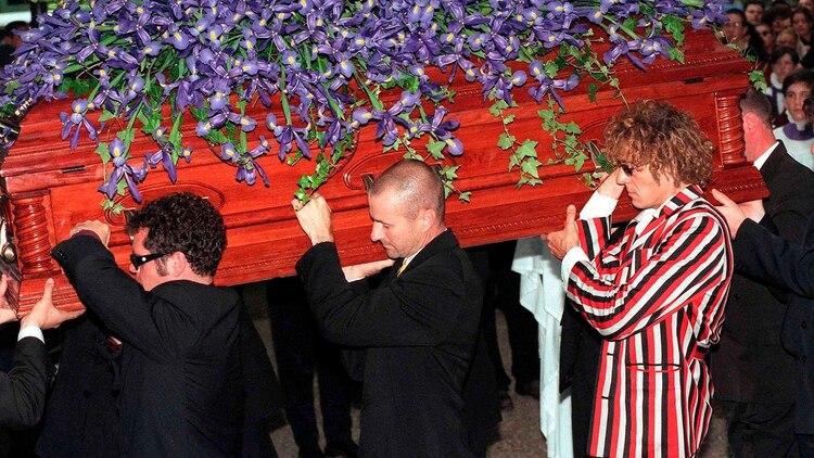 Los demás miembros de INXS y el hermano de Hutchence participaron en su funeral. (Shutterstock)