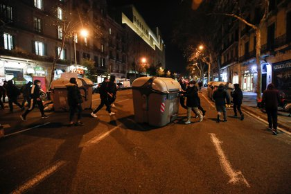 People move garbage containers to build a barricade during the protest against the arrest of Catalan rapper Pablo Hasel in Barcelona on February 17, 2021. REUTERS / Albert Gea