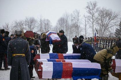Los ataúdes, con banderas de los dos países (Dimitar DILKOFF / AFP)